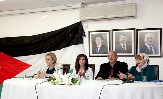 """""""الرواد"""" يحتفل بإشهار وتوقيع كتاب نضالات المرأة الفلسطينية"""