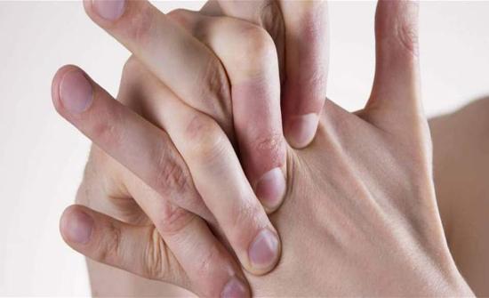 هل تسبّب طقطقة الأصابع التهاباً في المفاصل؟
