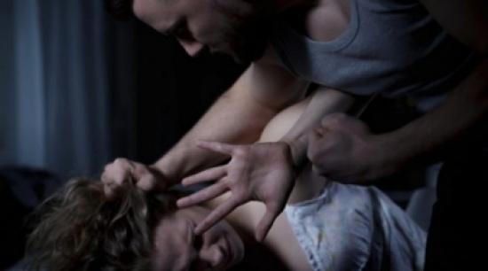 لأنها قررّت الإنفصال عنه والزواج بقريبها .. يعتدي على حبيبته ويشوّه وجهها بسكين!