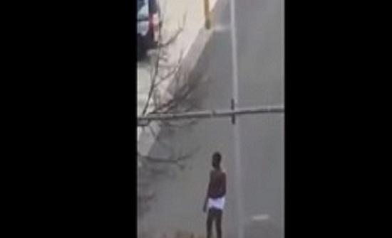 بالفيديو : لحظة اعتداء شاب على امرأة بالضرب المبرح