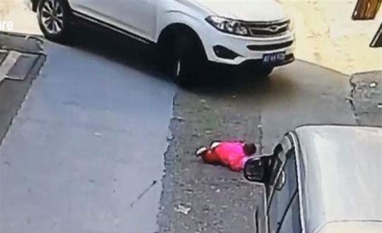 بالفيديو : مشهد يحبس الأنفاس.. نجاة طفلة بأعجوبة من الدّهس مرّتين!