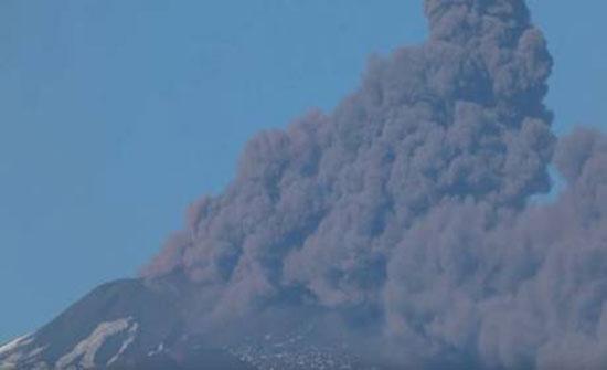 """شاهد : بركان """"جبل النار"""" يستيقظ من غفوته في إيطاليا"""