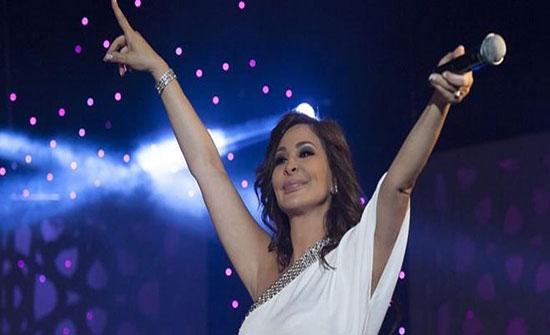 صور : إليسا تبهر جمهورها بالفستان القصير