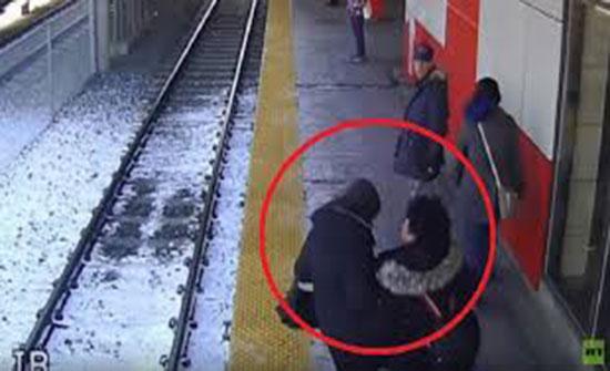 فيديو : شابة تدفع امرأة عجوزا نحو قضبان القطار