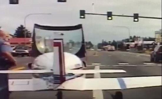شاهد: قائد طائرة يهبط في طريق سريع بواشنطن ويتوقف أمام إشارة ضوئية