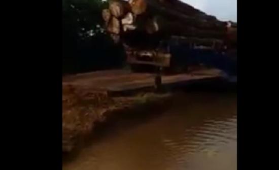 غرق شاحنة بسبب ثقل حمولتها أعلى عبارة في نهر (فيديو)