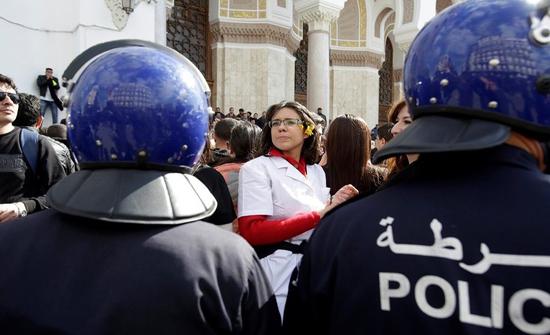 الجزائر تحقق في أول حالة عنف مارسته الشرطة ضد متظاهرين ورصدته العدسات