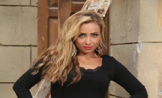 ريم البارودي تثير ضجة لظهورها بلباس البحر مع شقيق فنانة شهيرة