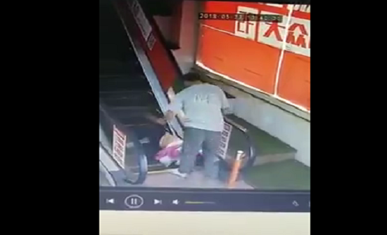 بالفيديو : لحظة اعتداء رجل على امرأة داخل مول