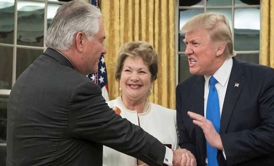 """ترامب يفتح النار على وزير خارجيته السابق: """"كان غبيا وكسولا"""""""