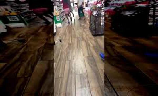 مشاجرة طاحنة بين مجموعة من الأشخاص داخل سوبر ماركت (فيديو)