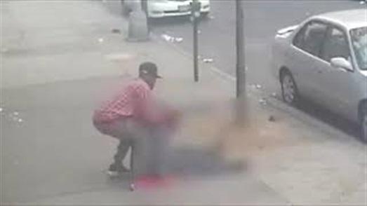 مشهد مروع لرجل يتعرض للضرب والسرقة في الشارع دون تدخل من المارة