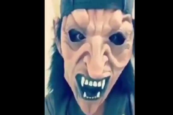 """بالفيديو: صراخ طفلة بعد أن أخافها قريبها بـ""""قناع مرعب"""" يثير الانتقادات..."""