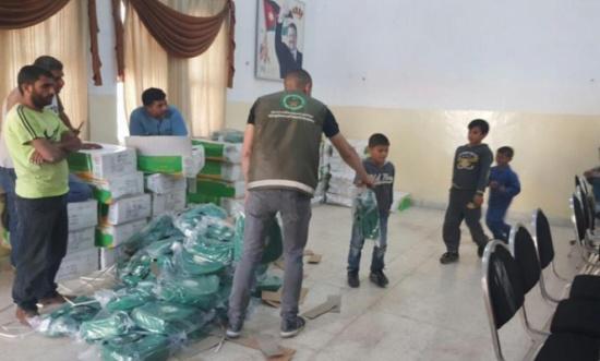 الحملة الوطنية السعودية تواصل توزيع الحقائب المدرسية في مخيم الأزرق