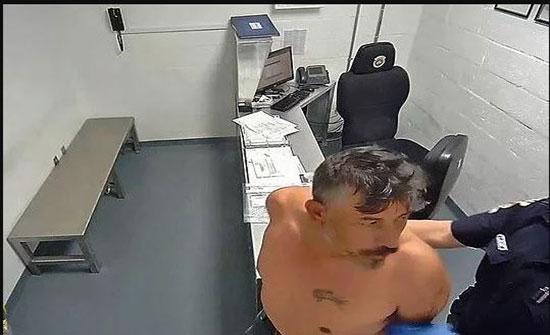 """شاهد: ضابط أمريكي يعتدي على """"سجين"""" بطريقة وحشية"""