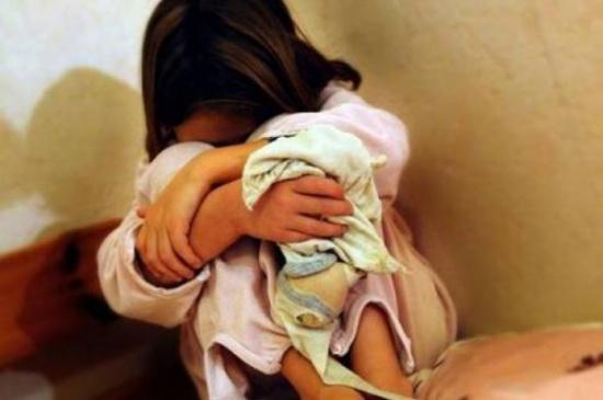 """""""مريض عقلي"""" استدرج طفلة واعتدى عليها  تحت درج عمارة في ابو نصير"""