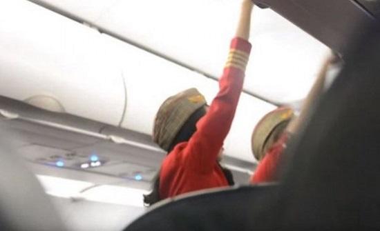 فيديو.. ركاب يعتدون بالضرب على مضيفة طيران.. والسبب؟