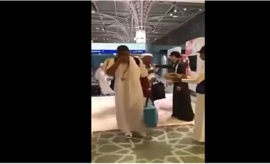 بالفيديو : بكاء حاج تونسي لحظة وصوله إلى مطار المدينة المنورة