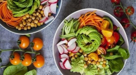ما هي فوائد تناول الأطعمة النيئة؟
