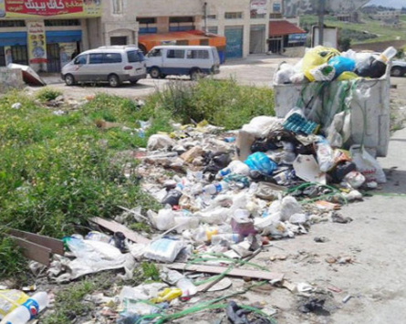 بلدية الكفارات تحذر من رمي النفايات بين الأحياء السكنية والبساتين