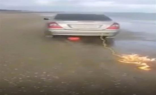 بالفيديو والصور : متهور يحرق سيارته المرسيدس بسبب «اللايكات»