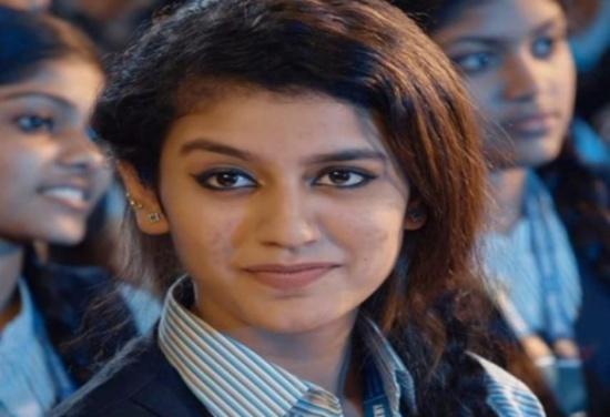 بالفيديو: فتاة هندية غَمزت فحصدت ملايين المعجبين حول العالم في يومين