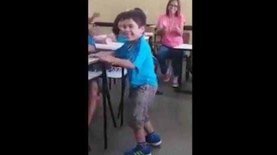 فيديو مؤثر لطفل يُعاني من الشلل يمشي للمرّة الأولى!
