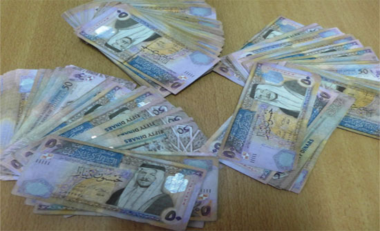 سائق تكسي يعيد 25000 دينار لكويتي