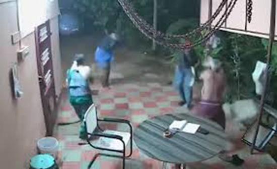 """(فيديو) : اقتحما المنزل بـ""""السواطير"""".. فطُردا منه بالأحذية والكراسي!"""