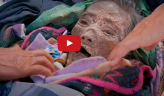 فيديو| أسرة إندونيسية تعيش مع جثة جد لمدة 12 عاماً.. والسبب غريب جداً!