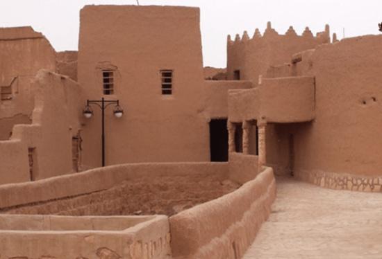 """فيديو وصور: فتاة تتجول بملابس فاضحة بالقرية التراثية """" السعودية""""!"""