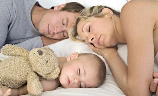 النوم مع طفلك على الأريكة قد يقتله