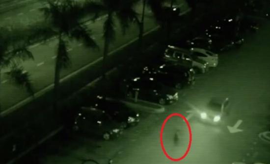 فيديو لسائق أصيب بالرعب بسبب 'شبح' باغته فجأة !