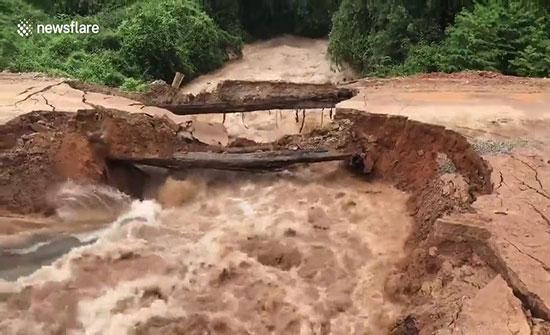 فيديو : لحظة انهيار جسر في كمبوديا وجرف السيول لشابين