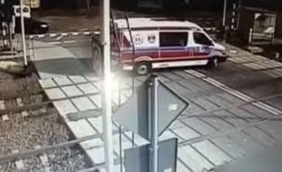 فيديو : قطار يسحق سيارة إسعاف
