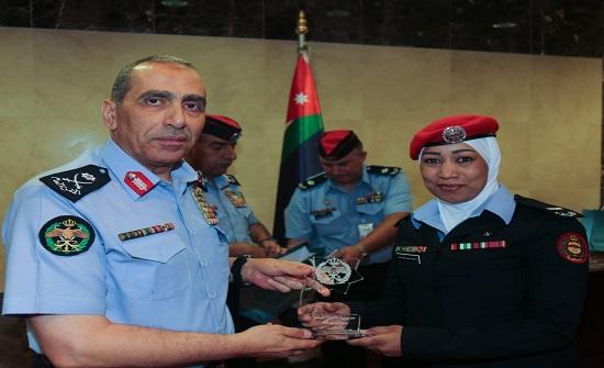 الحمود يوزع جوائز التميز الشرطي على مستحقيها لشهر ايار 2019م