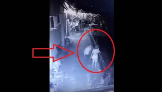 فيديو| رجل يعاقب زوجته بإلقائها من الشرفة... وما حدث بعد ذلك سيدهشكم!