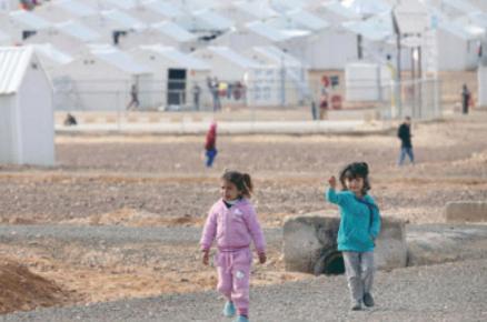 مفوض الاتحاد الأوربي للمساعدات الإنسانية يزور مخيم الأزرق للاجئين السوريين