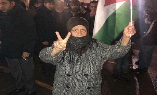 محتجون يغلقون الشارع المؤدي للدوار الرابع