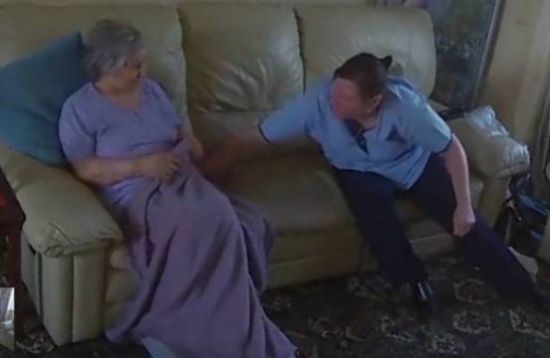 بالفيديو: اعتدت بالضرب على مسنة مريضة.. ظنت أن أحداً لا يشاهدها ولكن!
