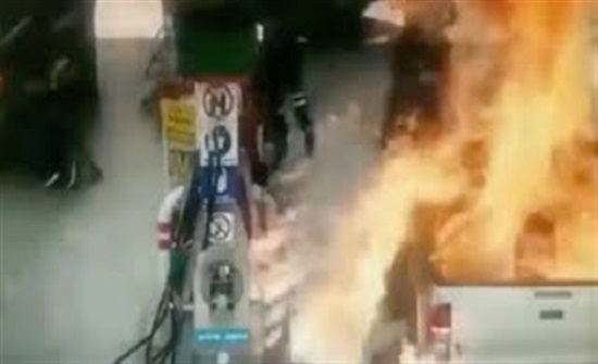 لقطات مروعة للحظة اشتعال محطة وقود بالنيران (فيديو)