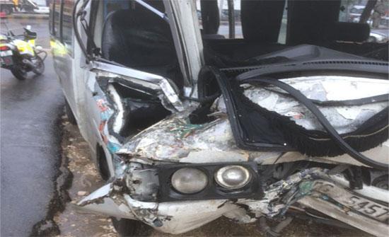 اصابات بالجملة بتصادم شاحنة وباص عمومي في عمان (صور)