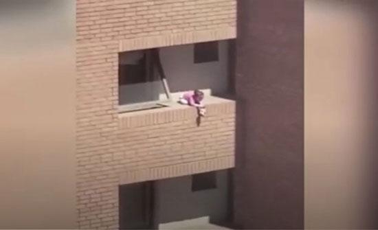 بالفيديو: على حافة الموت.. طفلة تلهو على شرفة في الدور الرابع في تشيلي