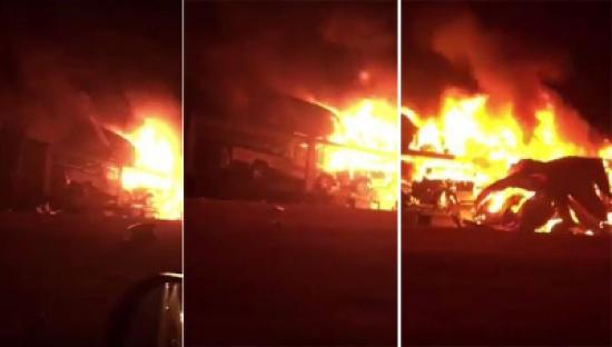 بالفيديو: حريق هائل يلتهم 8 سيارات بعد اندلاعه في شاحنة