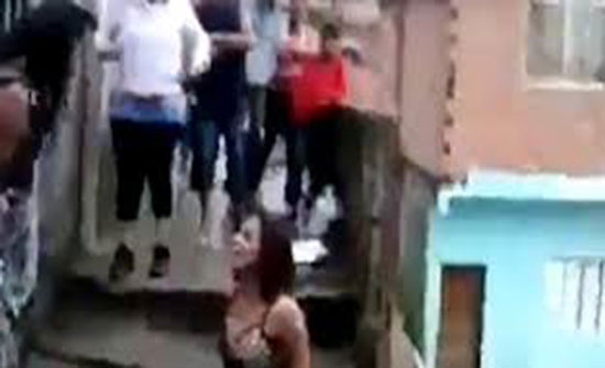 «خناقة» بين سيدتين على سلم والنهاية مروعة (فيديو)