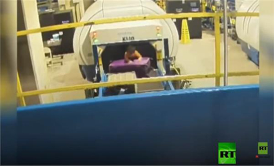 بالفيديو 5 دقائق من الجحيم.. رحلة خطيرة لطفل في مطار أمريكي
