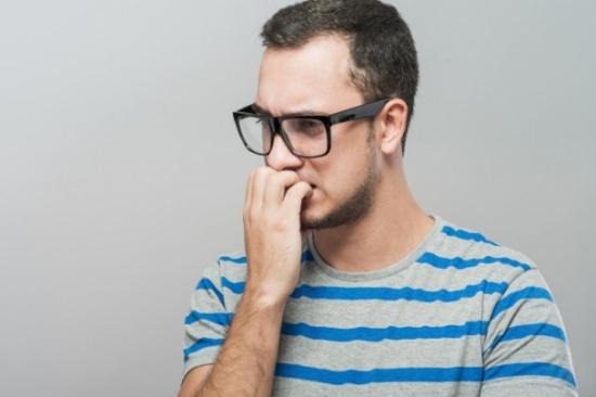 دراسة: القلق يصيب الرجال بـ'عقر الكلاب'
