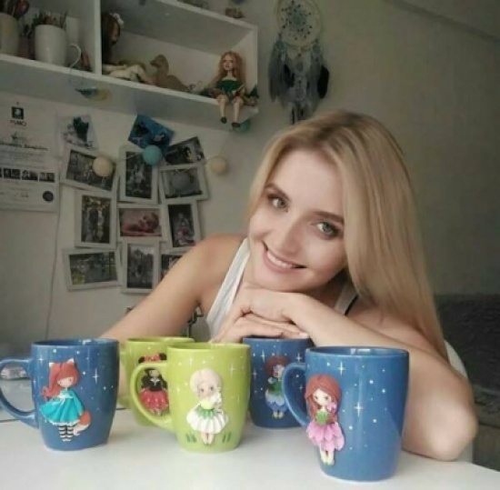 Sasha من روسيا تزين الاكواب بدمى خزف من صنع يدها