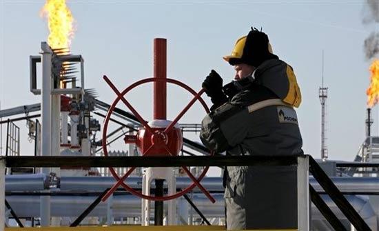 النفط يتراجع بفعل زيادة مخزونات الوقود الأمريكية