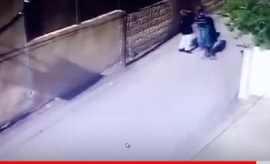 """شاهدوا بالفيديو : صاحب اسبقيات يضرب فتاة بـ """" موس """" على وجهها في إربد"""